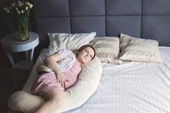 zwanger-slapen-met-C-zwangerschapskussen
