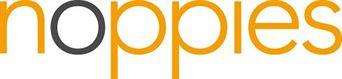 Het logo van noppies. Alleen de O is zwart, de rest van de letters zijn donker geel. De letters zijn erg rond van vorm
