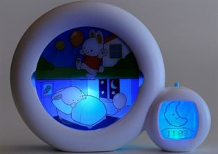 Een slaaptrainer die een plaatje heeft voor zowel dag of nacht, dit werkt specifiek beter bij peuters!