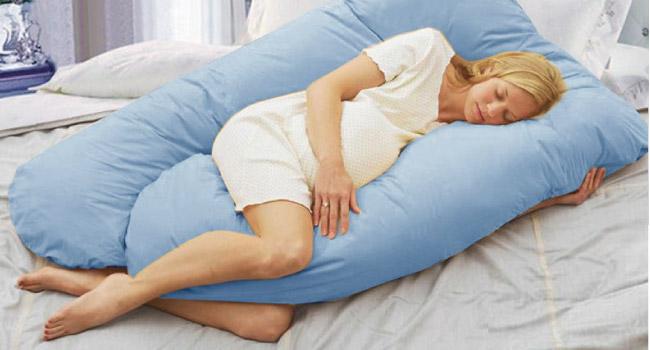 hoe slaap je op een u vormige voedingskussen